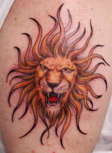 Tatuagem no ombro de um cara - de- sol, com a cabeça de um leão