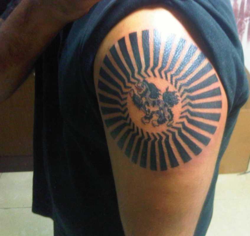 Tatuagem no ombro de um cara - de- sol e o leão