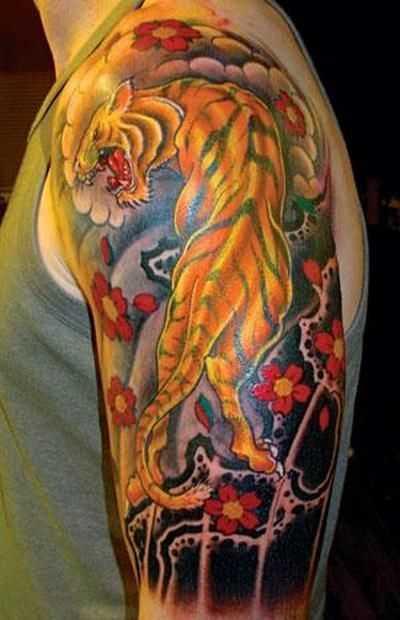 Tatuagem no ombro de um cara - de- tigre e sakura