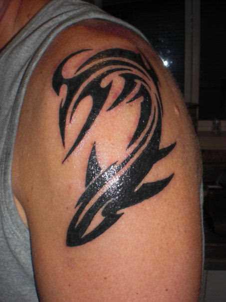 Tatuagem no ombro de um cara - de tubarão