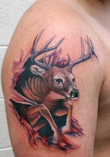 Tatuagem no ombro de um cara - de- veado