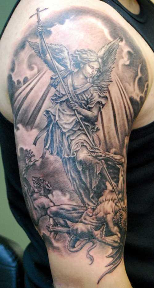 Tatuagem no ombro de um cara em forma de anjo, mata o demônio