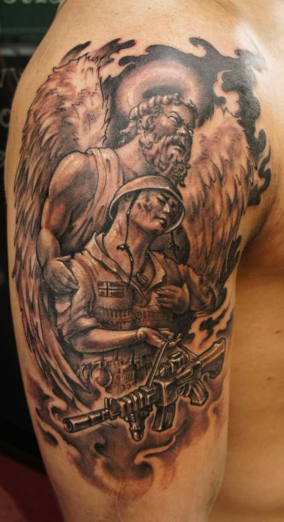 Tatuagem no ombro de um cara em forma de anjo, para salvá-soldado