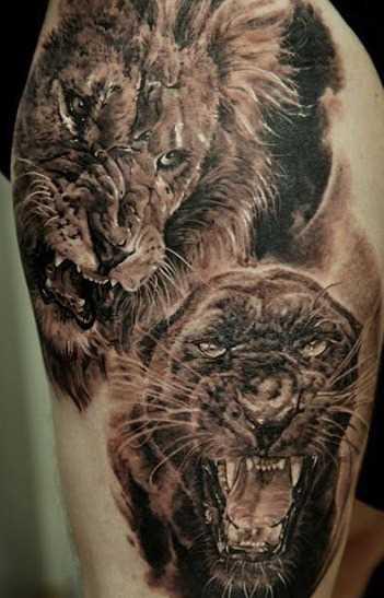 Tatuagem no ombro de um cara em forma de pantera e o leão