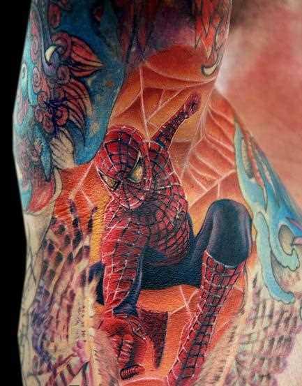 Tatuagem no ombro de um cara em forma de teias de aranha e homem-aranha