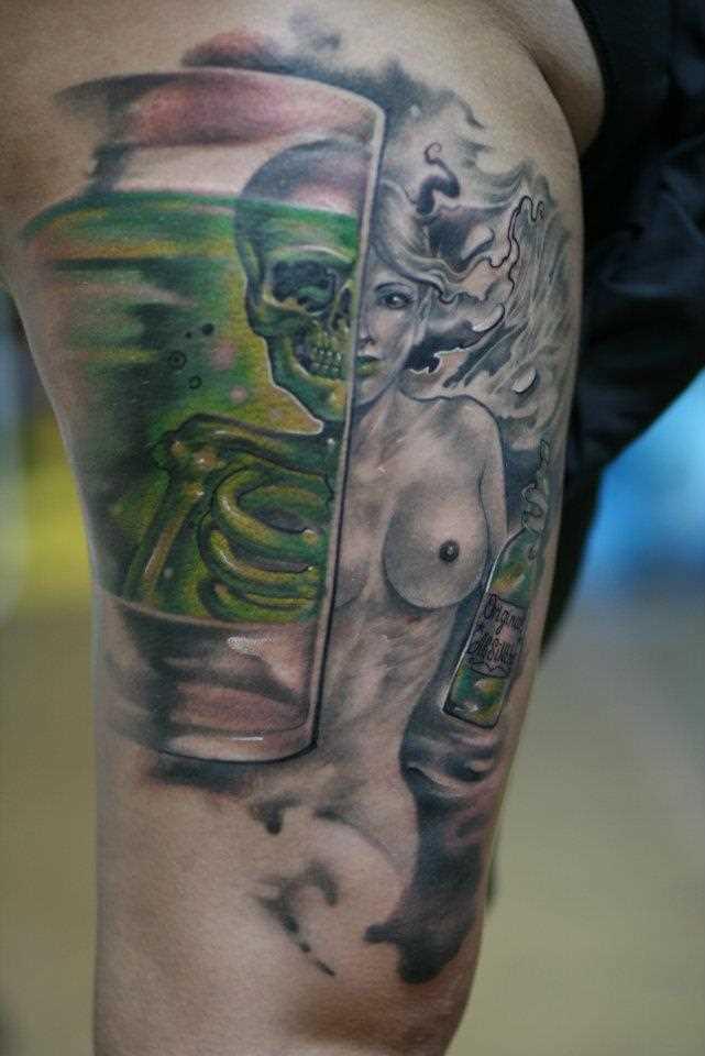 Tatuagem no ombro de um cara - esqueleto