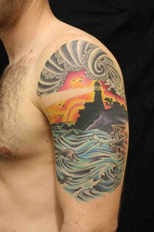 Tatuagem no ombro de um cara - farol e o mar