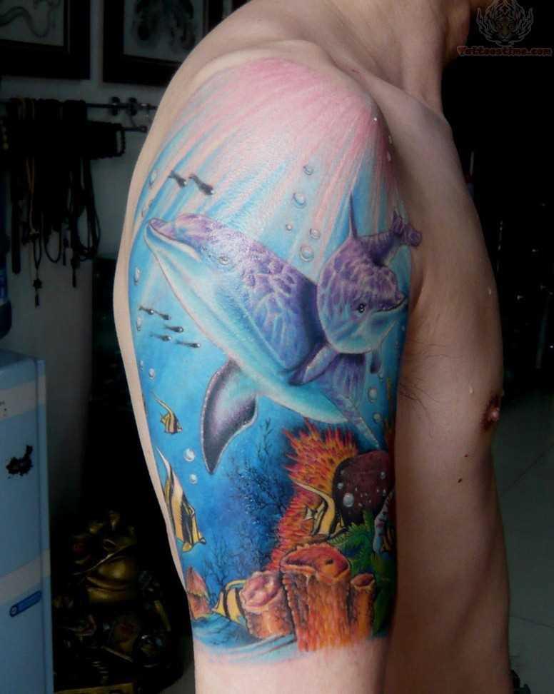 Tatuagem no ombro de um cara - golfinhos