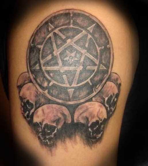 Tatuagem no ombro de um cara - o pentagrama e o crânio