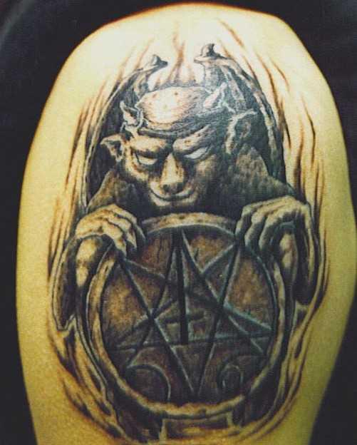 Tatuagem no ombro de um cara - o pentagrama e o diabo
