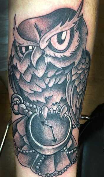 Tatuagem no ombro de um cara - relógio de bolso com laço