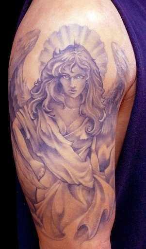 Tatuagem no ombro de um cara - um anjo em forma de menina bonita