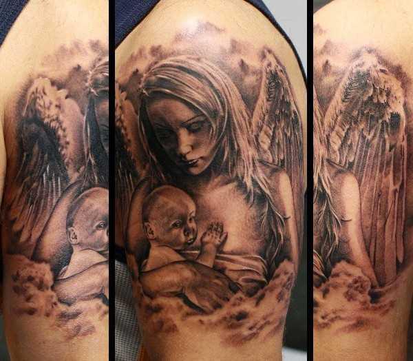 Tatuagem no ombro de um cara - um anjo em forma de menina com a criança