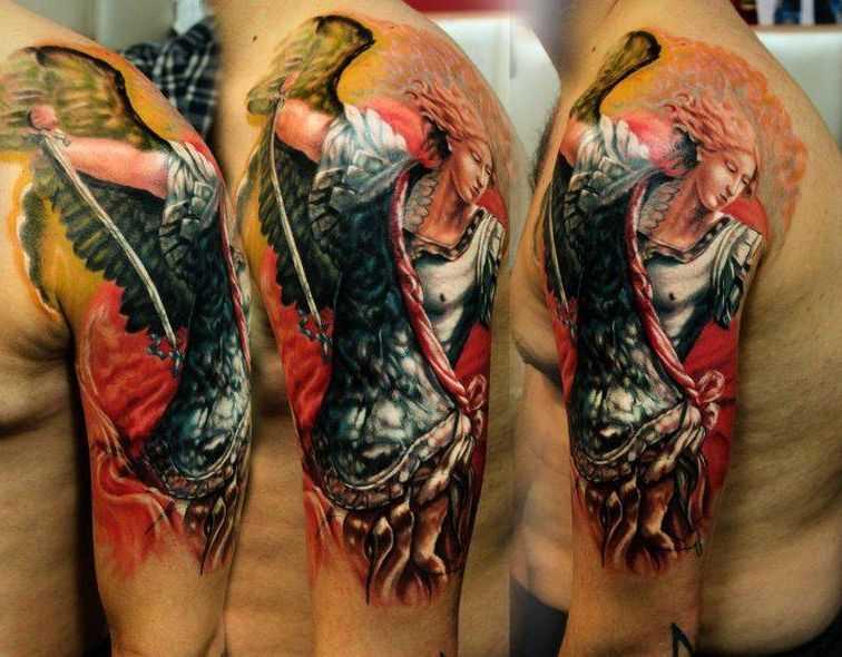 Tatuagem no ombro de um cara - um anjo em forma de menina com a espada