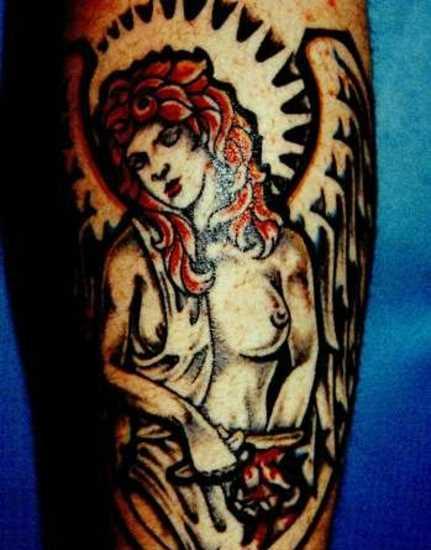 Tatuagem no ombro de um cara - um anjo em forma de menina nua