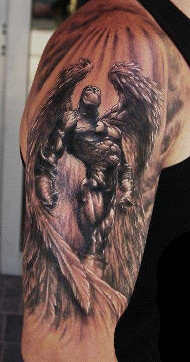 Tatuagem no ombro de um cara - um anjo-um guerreiro de