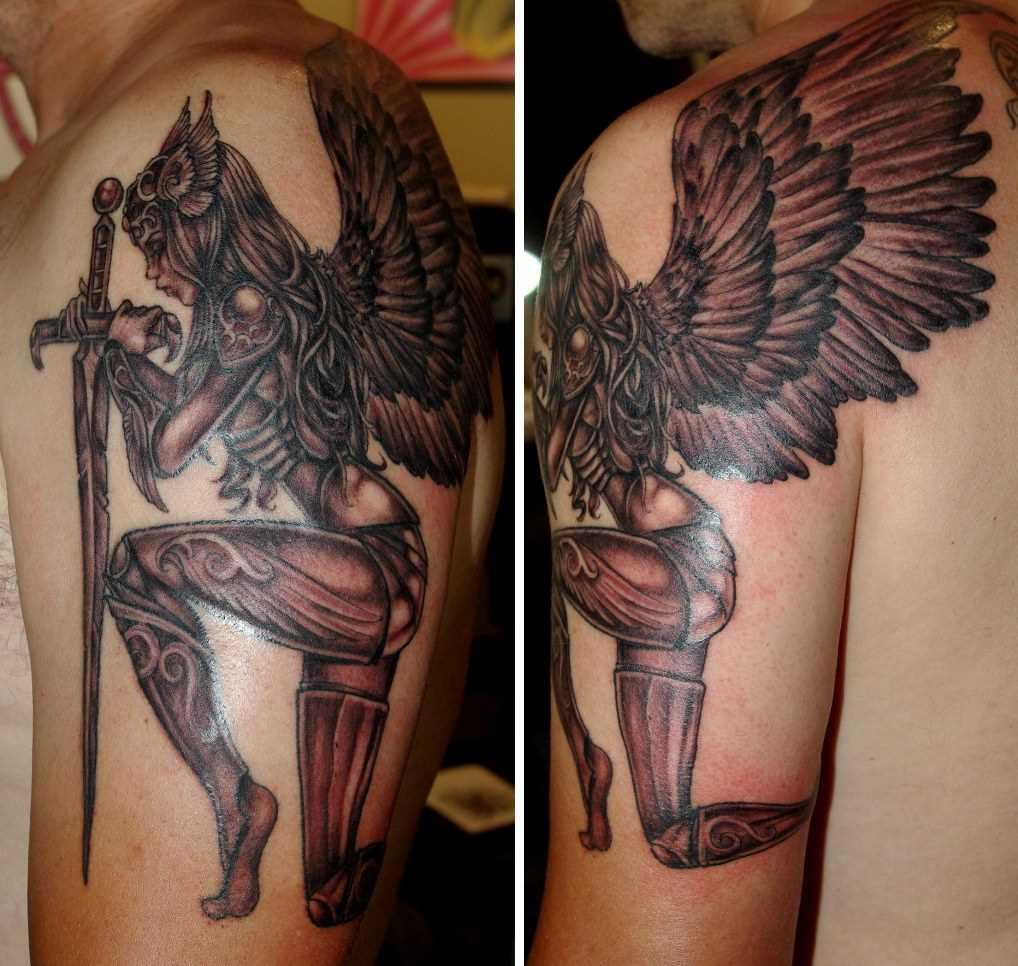 Tatuagem no ombro de um cara - Valkyrie com a espada