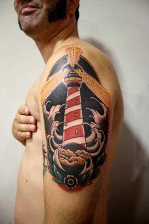Tatuagem no ombro de um homem - farol