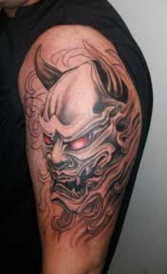 Tatuagem no ombro do cara - o mal máscara
