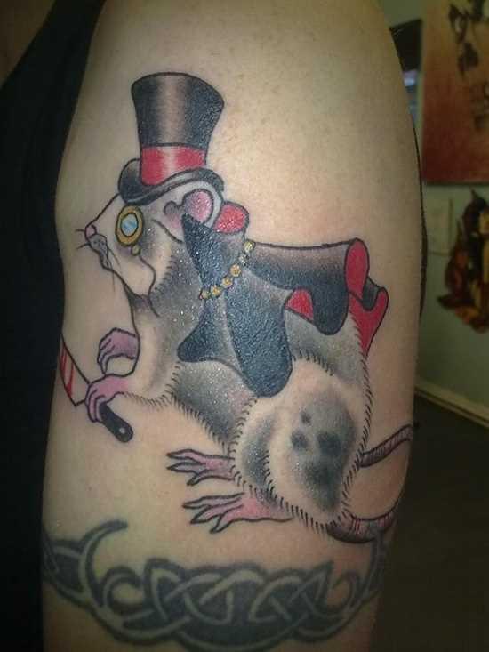 Tatuagem no ombro do cara - o rato de chapéu com uma faca