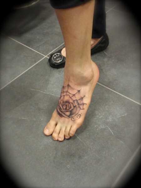 Tatuagem no pé da menina - a web e rosa