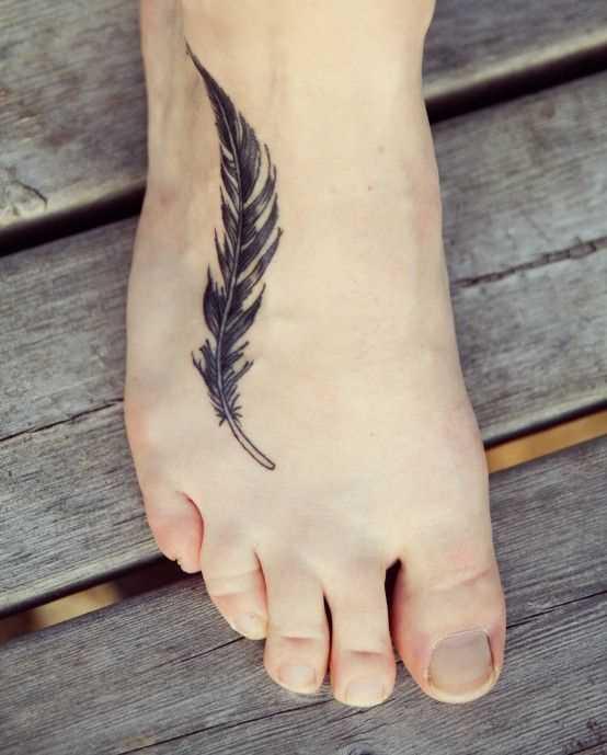 Tatuagem no pé da menina como um preto de plumas