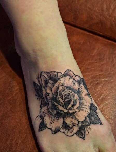 Tatuagem no pé da menina - contorno rosa