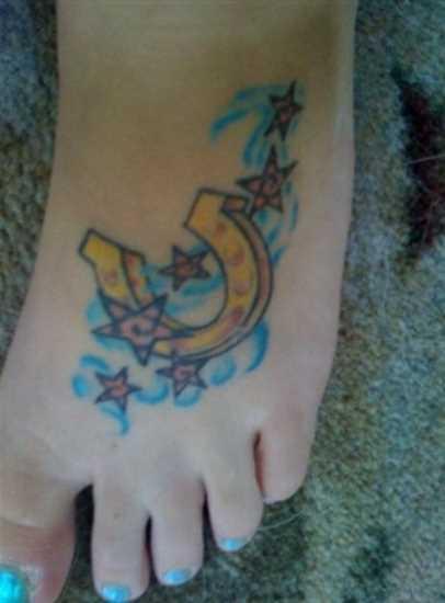 Tatuagem no pé da menina - ferradura