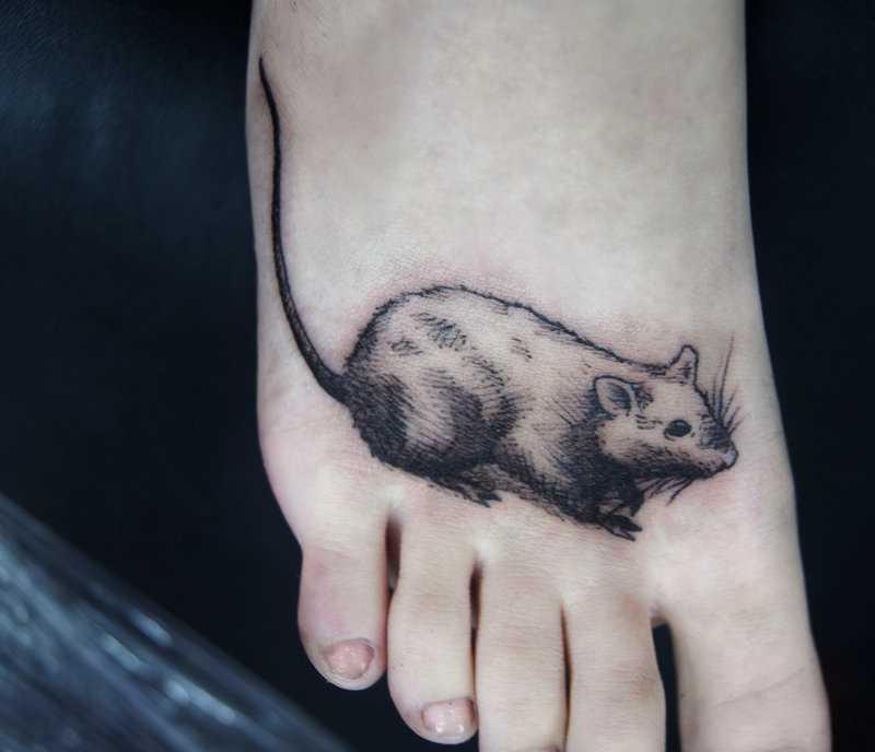 Tatuagem no pé da menina - mouse