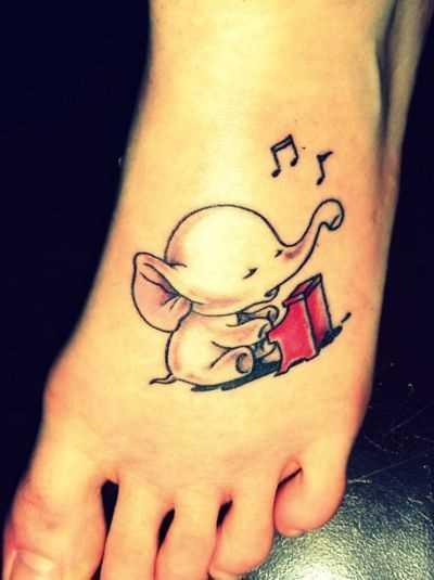 Tatuagem no pé da menina notas e o elefante