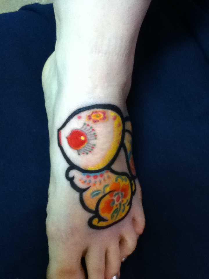 Tatuagem no pé da menina - pequena lebre