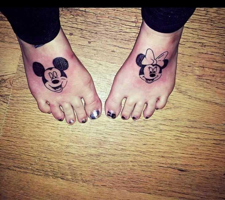 Tatuagem no pé da menina - rato Mickey e Minnie Mouse