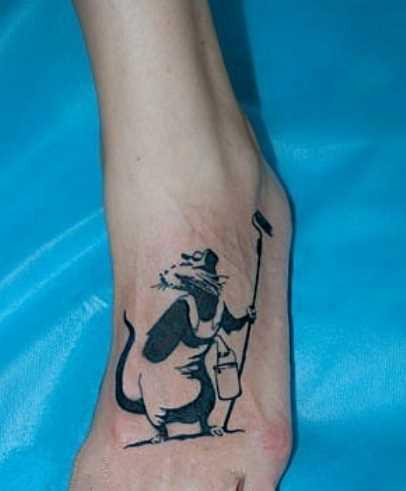 Tatuagem no pé da menina - rato-pintor