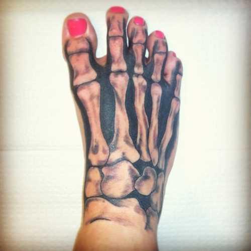 Tatuagem no pé de uma menina de osso de esqueleto