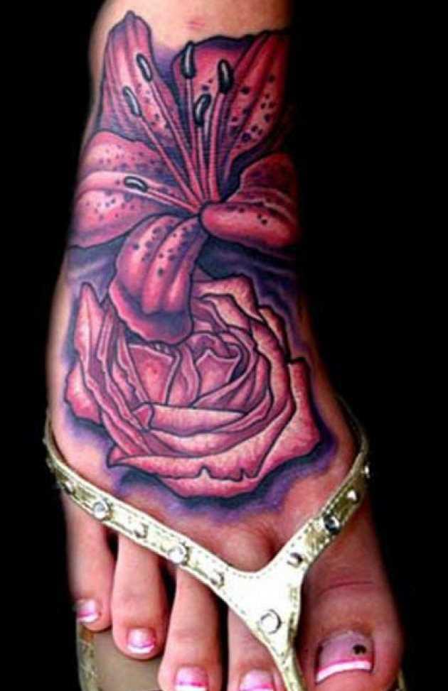 Tatuagem no pé de uma menina em forma de lírios e de rosas