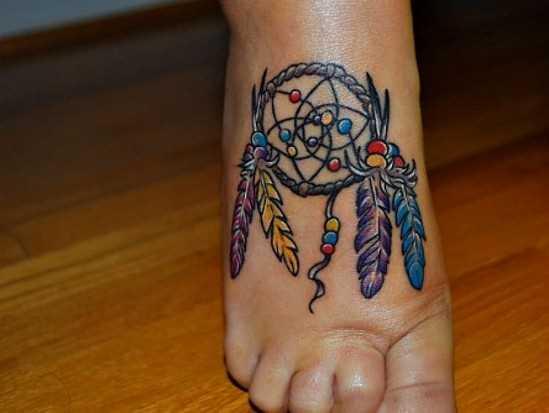 Tatuagem no pé de uma menina - o apanhador de sonhos