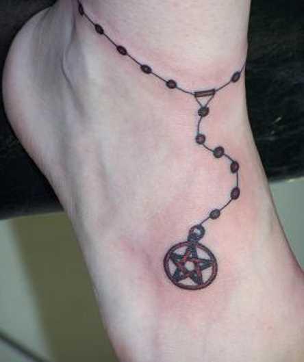Tatuagem no pé de uma menina - o pentagrama em uma pulseira