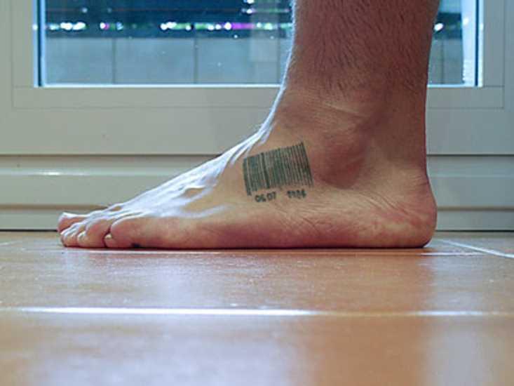 Tatuagem no pé do cara - código de barras
