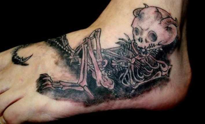 Tatuagem no pé do cara - esqueleto