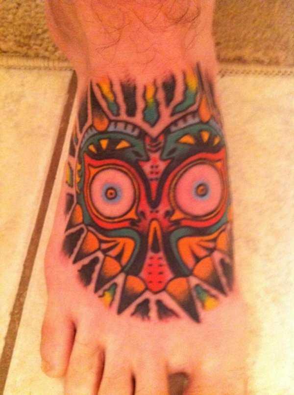 Tatuagem no pé do cara - máscara