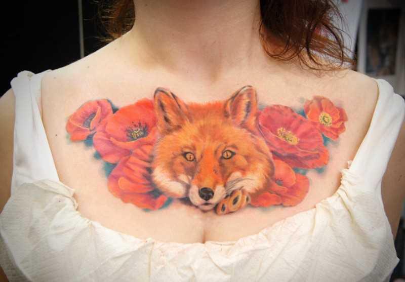 Tatuagem no peito da menina - a raposa e macs