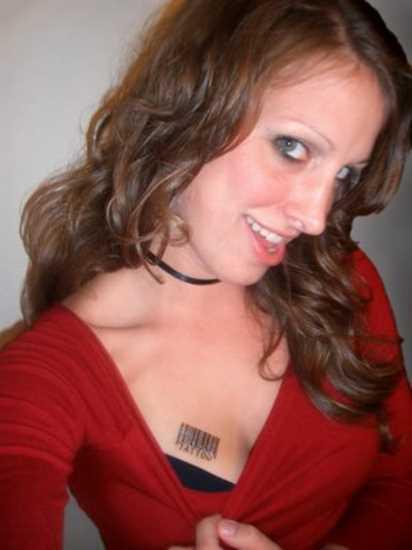 Tatuagem no peito da menina - código de barras