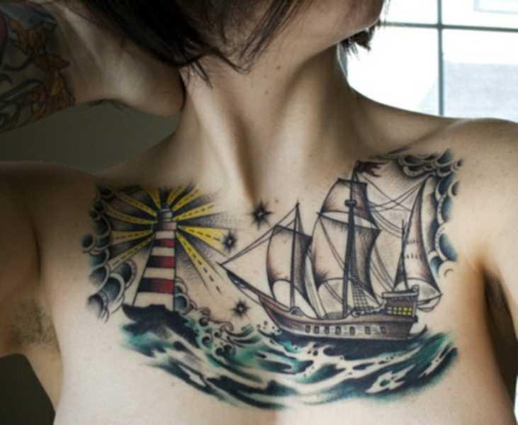 Tatuagem no peito da menina - farol de navio