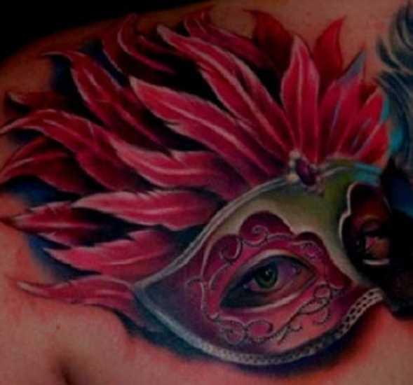 Tatuagem no peito da menina - máscara com penas