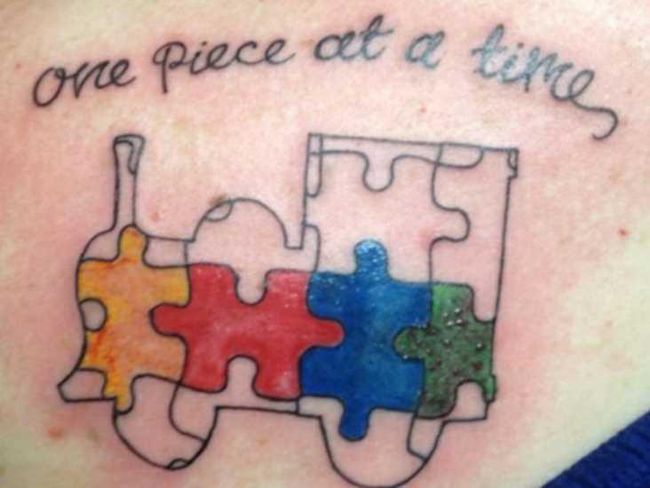 Tatuagem no peito da menina - quebra-cabeça