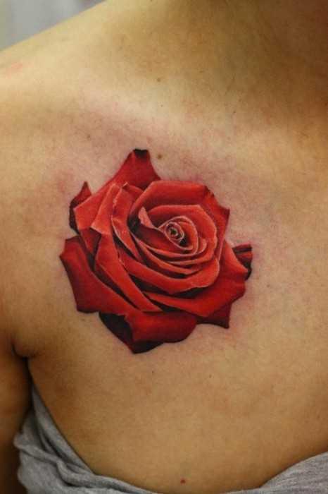 Tatuagem no peito da menina - rosa vermelha