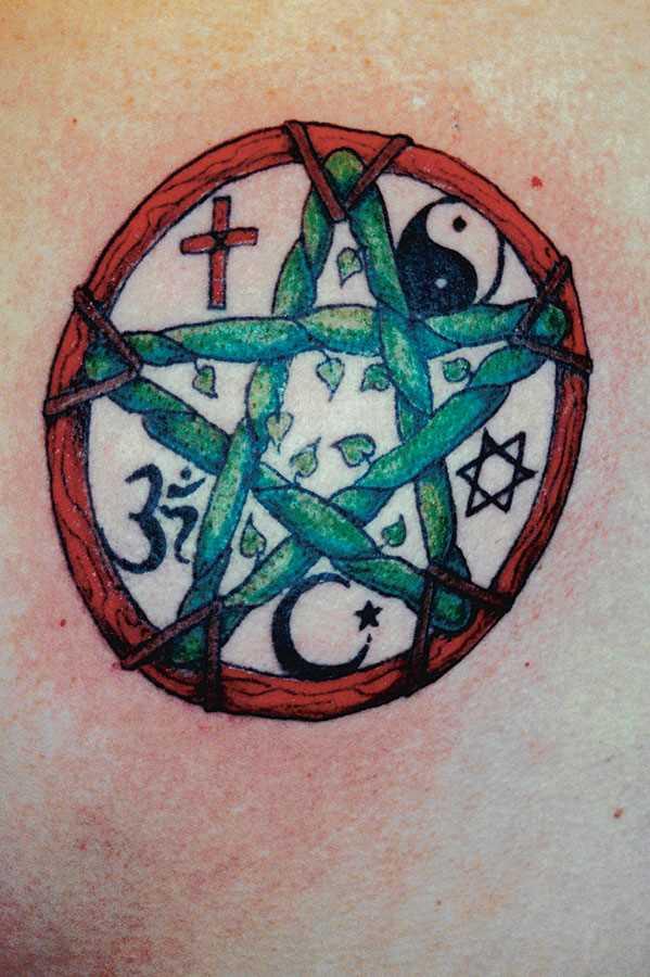 Tatuagem no peito da menina - um pentagrama e caracteres diferentes