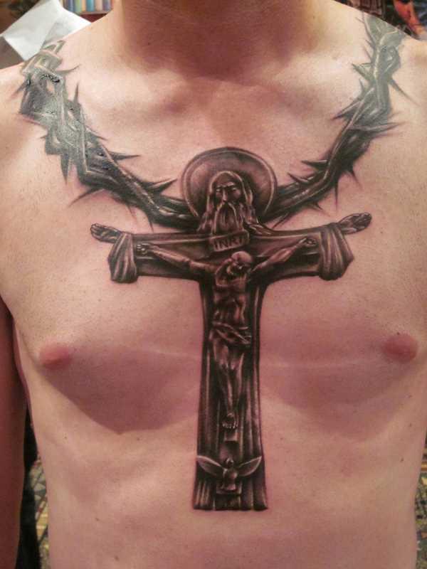 Tatuagem no peito de um cara - a cruz com Jesus crucificado e a coroa de espinhos