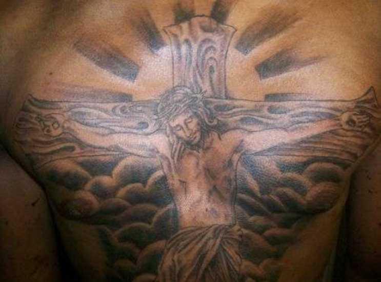 Tatuagem no peito de um cara - a cruz e o crucificado Jesus