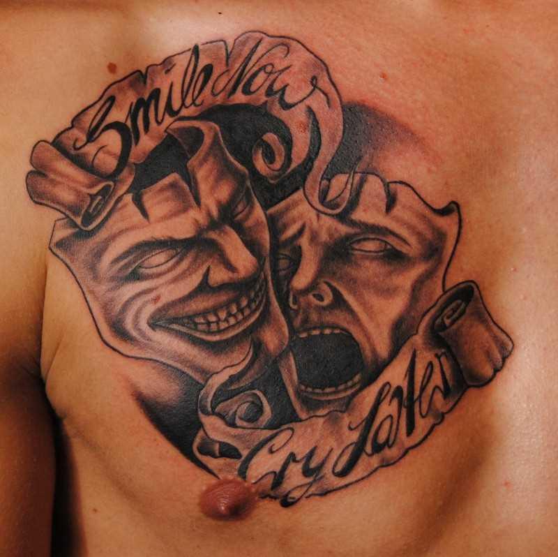 Tatuagem no peito de um cara - a máscara e a legenda em inglês